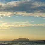 江ノ島をバックにした茅ヶ崎の海