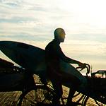 自転車に乗るサーファー